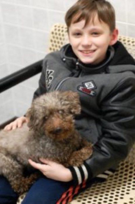 niño con un perrito viejito
