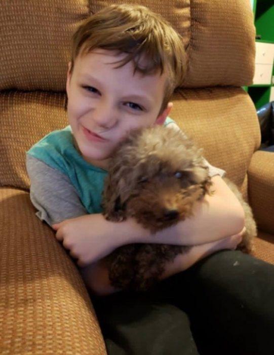 niño tierno con su perrito
