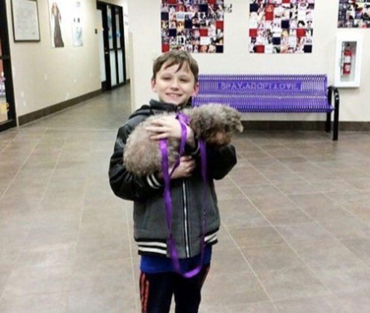 niño feliz con su perro de la calle