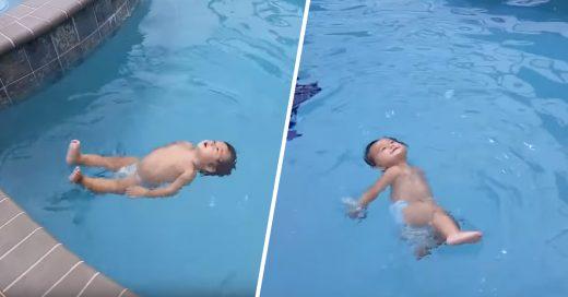 Cover Niño de un año flota en el agua