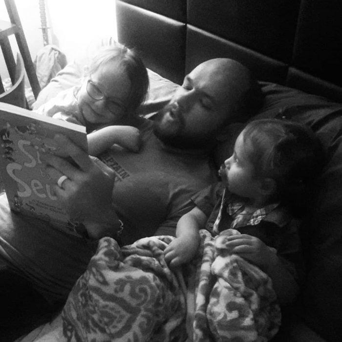 papá leyendo a sus hijos