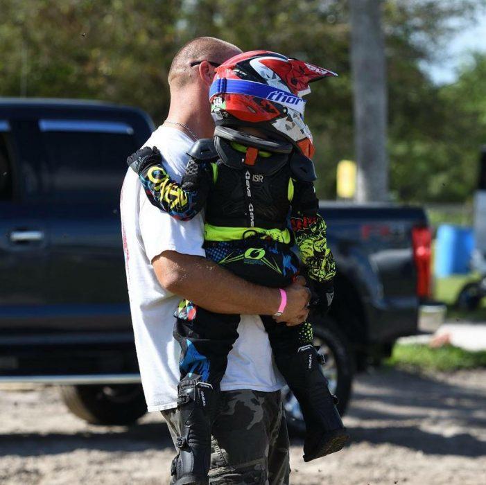 padre y pequeño hijo motociclista