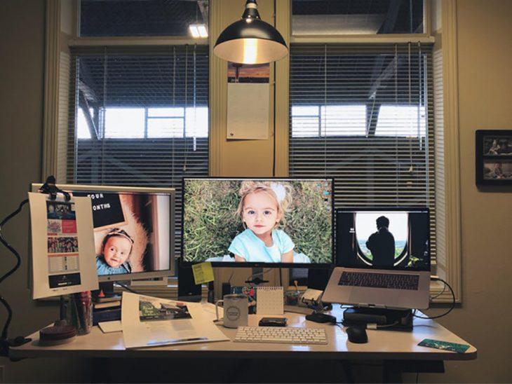 escritorio con fotos de bebés