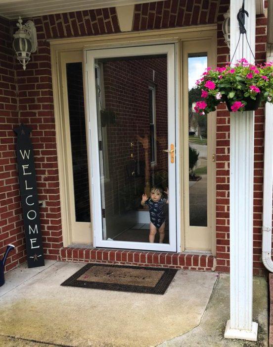 niño en la puerta