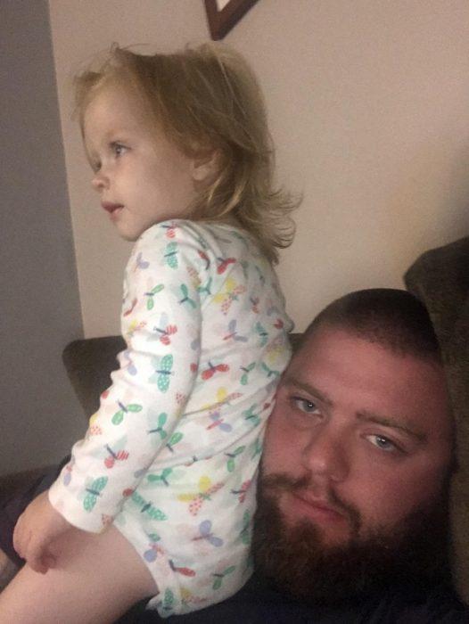 niña sobre la cara de su papá