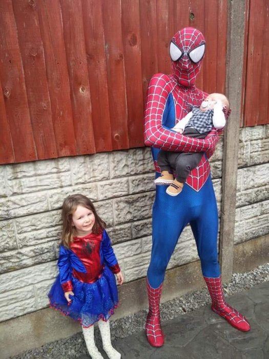 padre e hija vestidos de spiderman