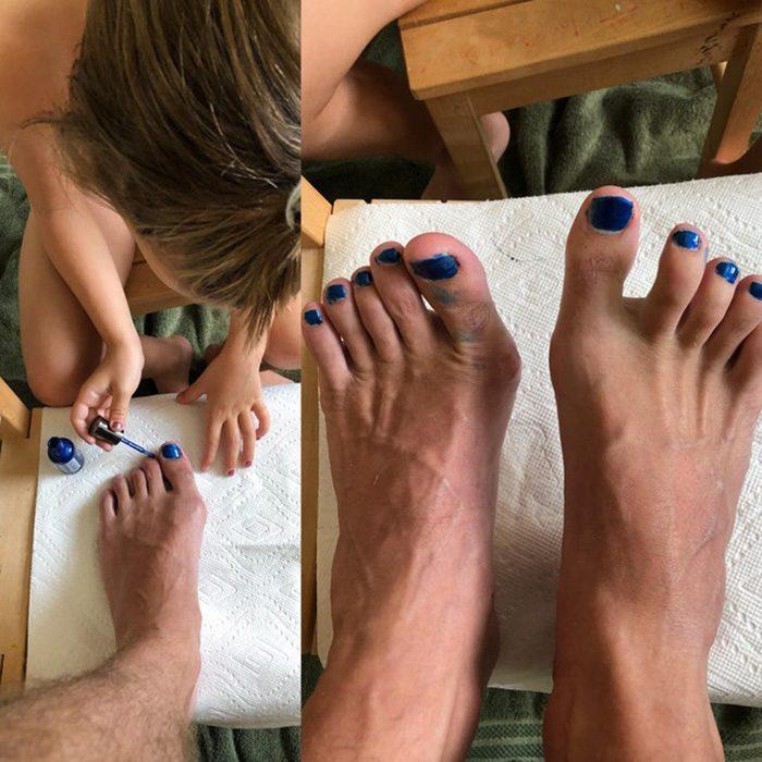 niña pinta las uñas de papá