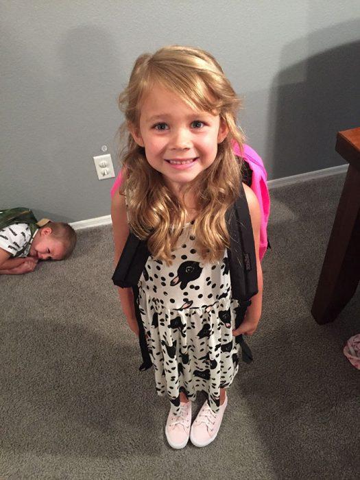 niña en primer día de su escuela