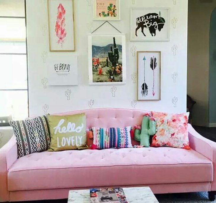 sillón rosa con cojines