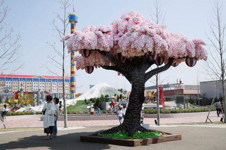 árbol de cerezos hecho de legos