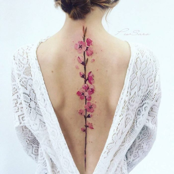 tatuaje en la espalda de flores