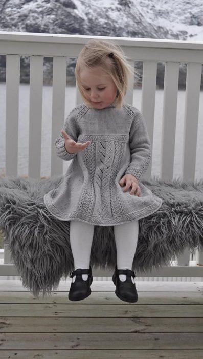 niña en vestido tejido gris
