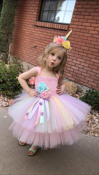 niña vestida de unicornio