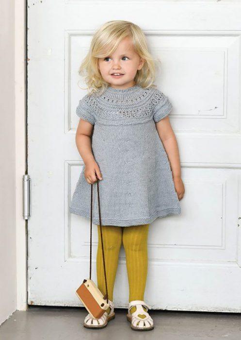 niña, vestido gris y medias amarillas