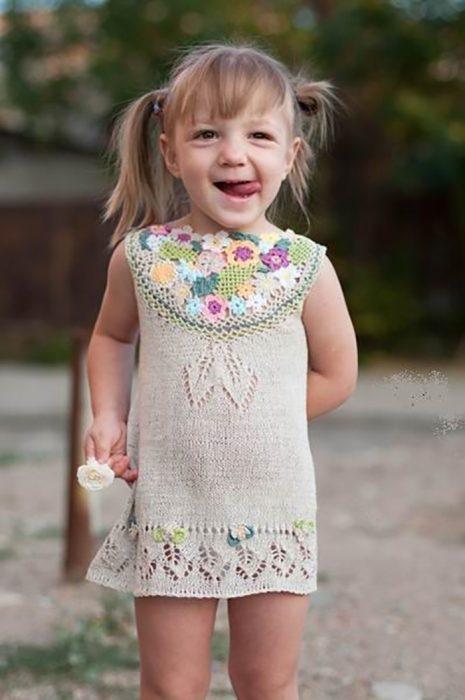 niña en vestidito tejido