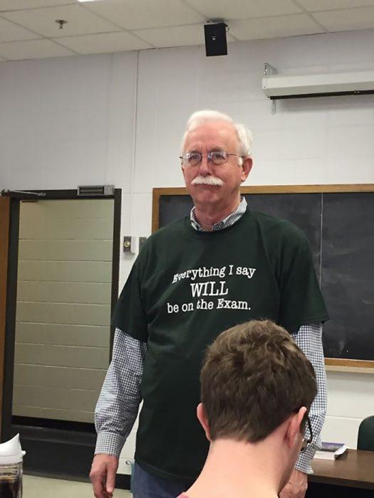 hombre con camiseta verde