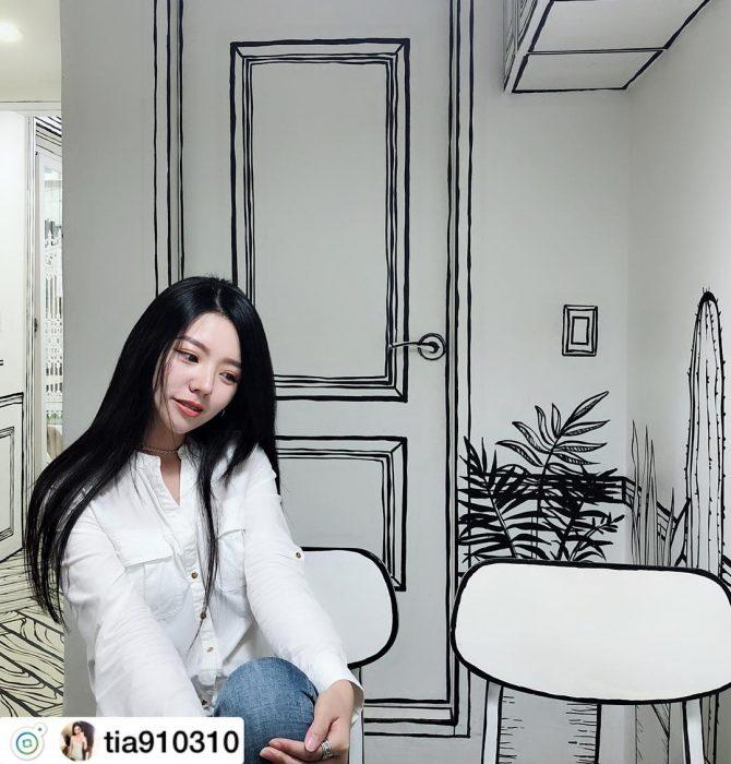 coreana en cafetería de comic