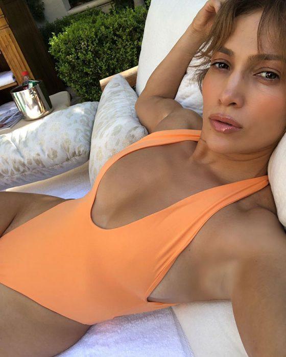 jlo en traje anaranjado