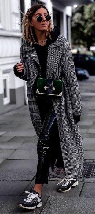 abrigo con zapatos deportivos
