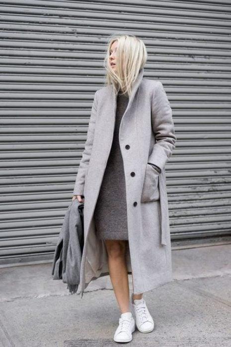 abrigo con tenis