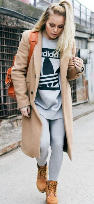 chica con media cola y abrigo