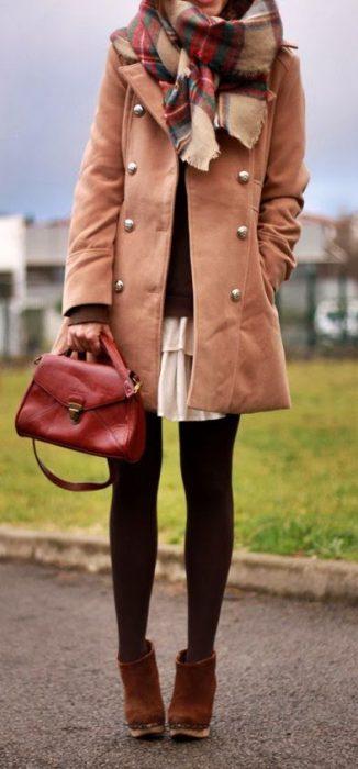 falda, medias y abrigo