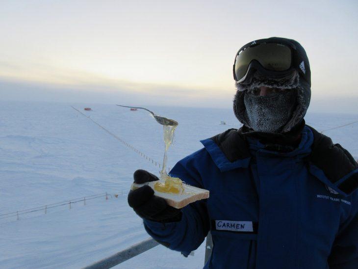 hombre sostiene sopa en la antártida