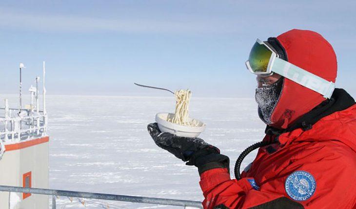 sosteniendo sopa congelada