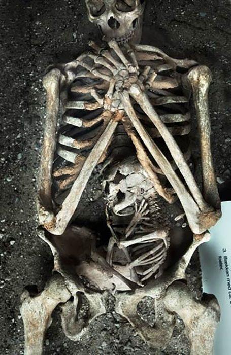 Esqueletos de una madre con su bebé