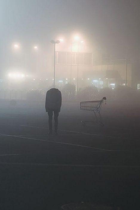 hombre sin cabeza en estacionamiento
