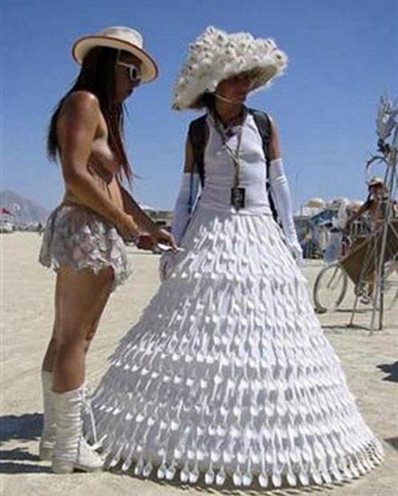 vestido de novia hecho de cucharas
