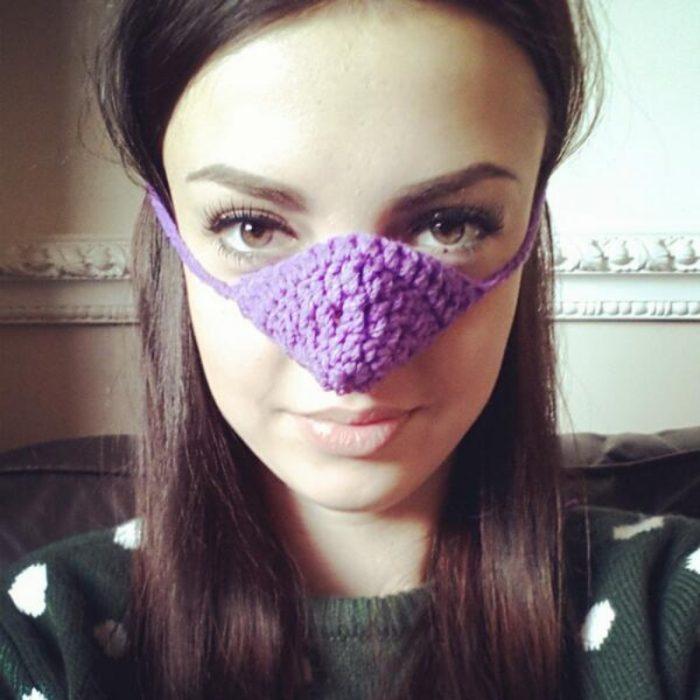 mujer con calentador de nariz morado