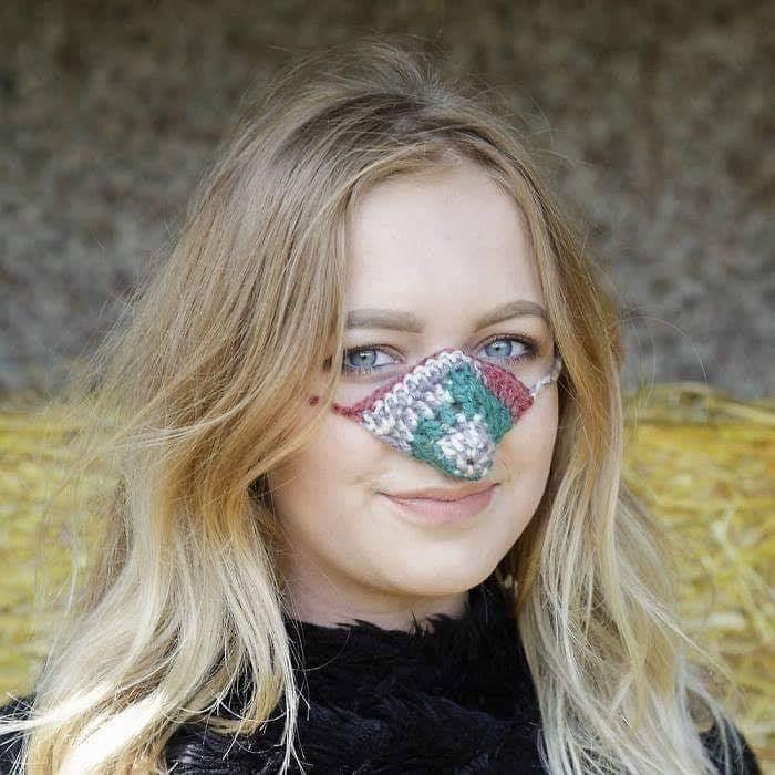 mujer rubia con calentador de nariz