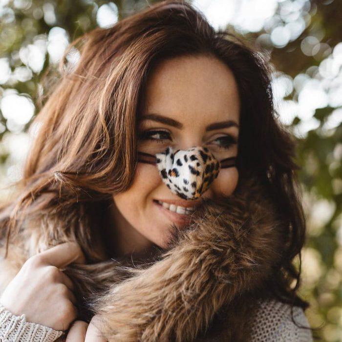 mujer sonriendo con calentador de nariz