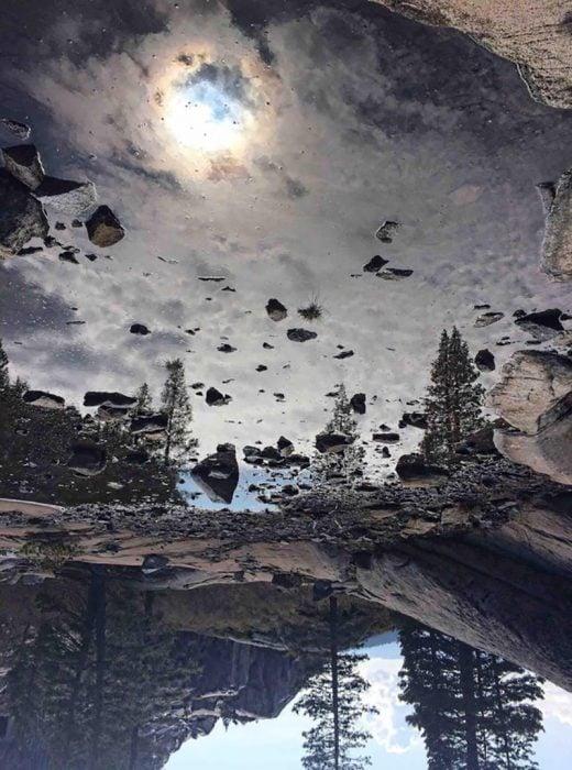 reflejo del cielo en charco