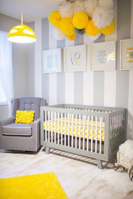 recámara gris y amarilla de bebé