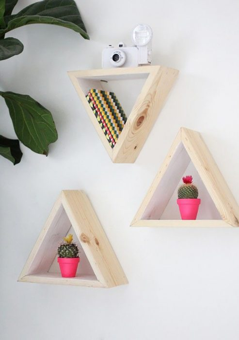 estantes en forma de triángulo