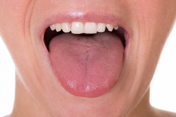 mujer sacando la lengua