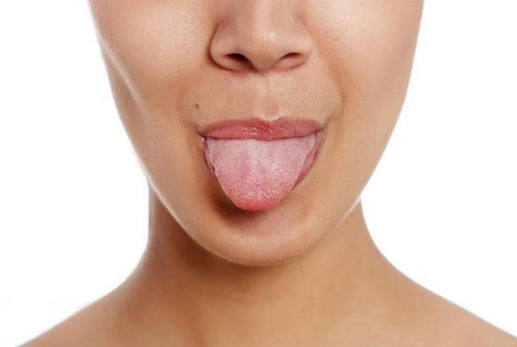 chica sacando la lengua