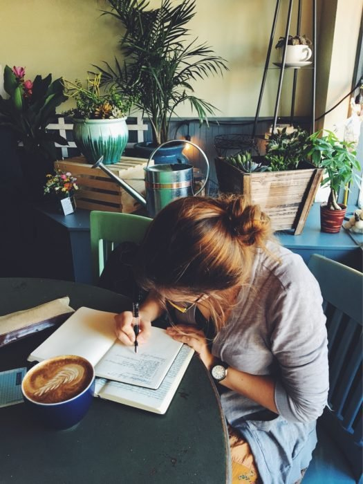 mujer escribiendo una lista