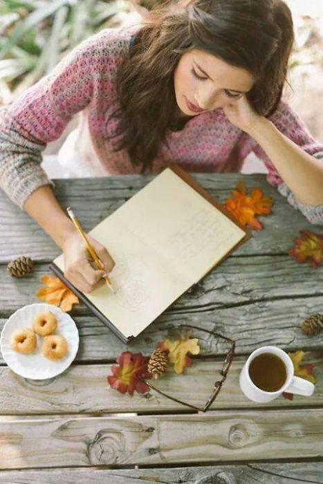 mujer se relaja haciendo una lista