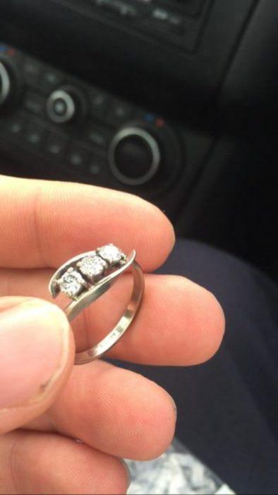 anillo de compromiso con tres piedras