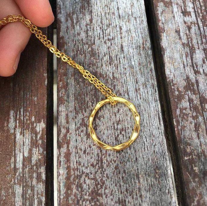 anillo en una cadena
