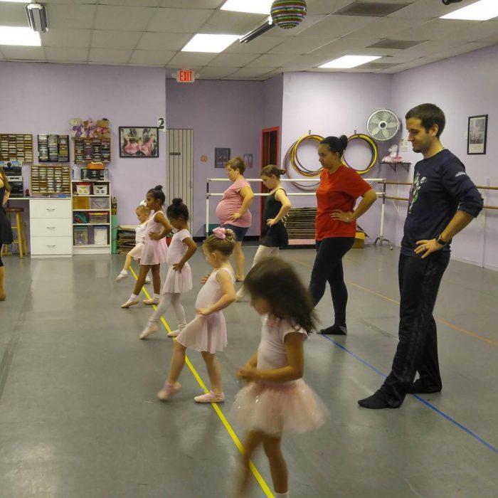 padre e hija en clases de ballet