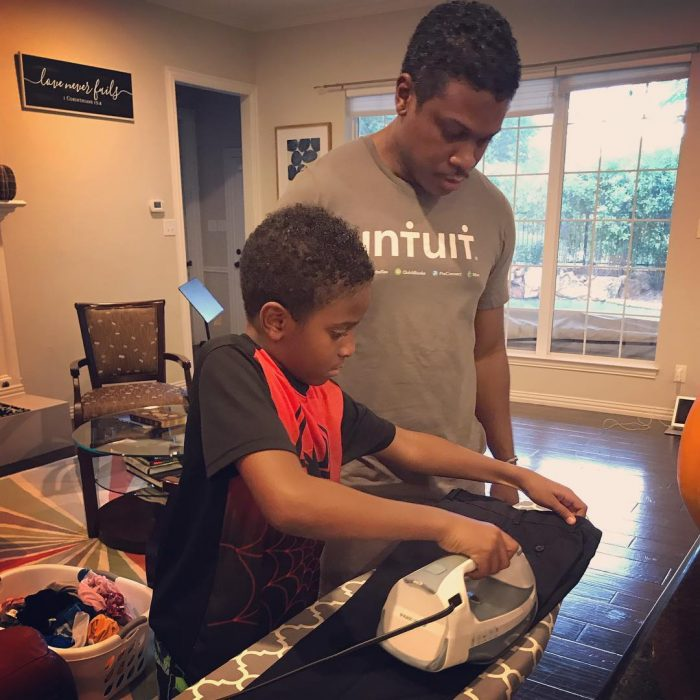padre e hijo planchando