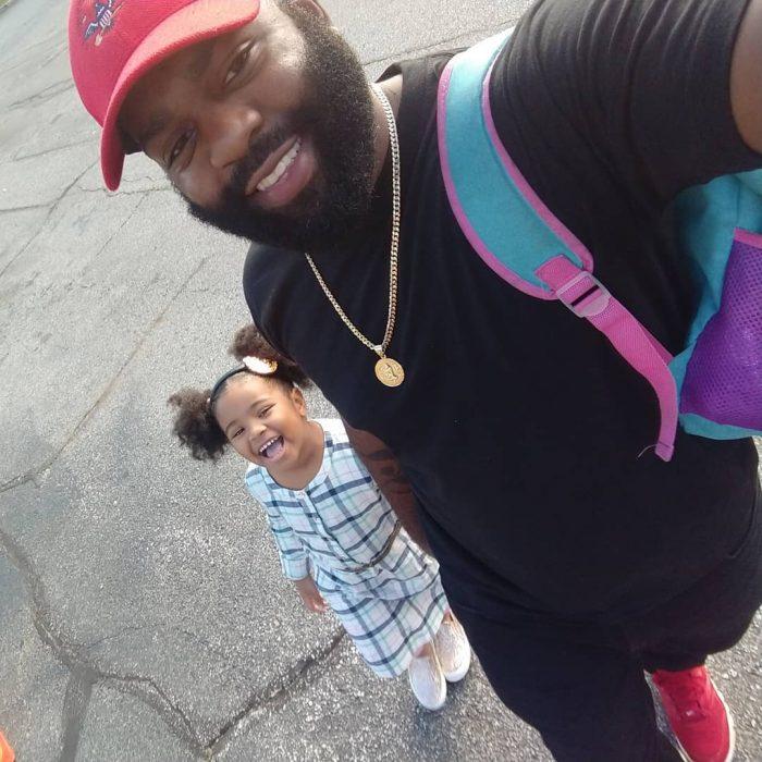 hombre lleva a hija a la escuela