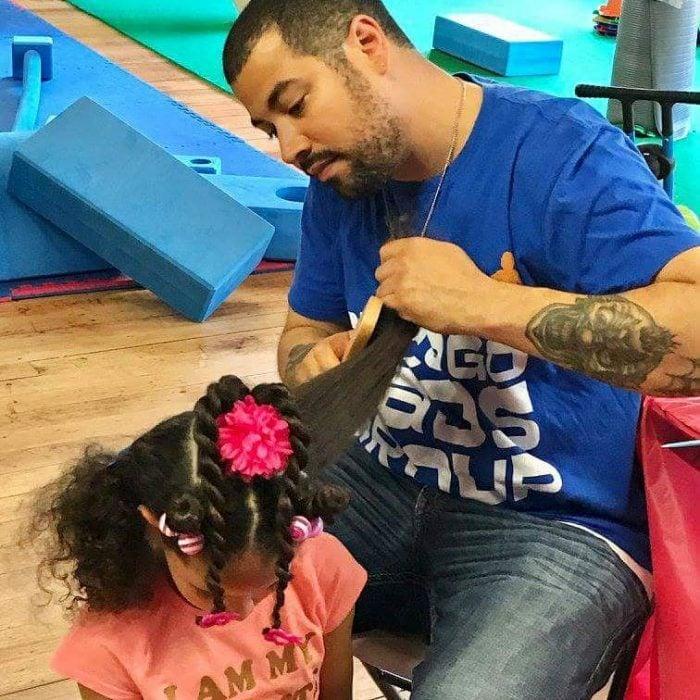 papá peinando a su hija