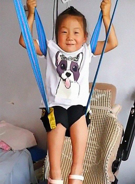 niña cuida a su padre paralizado