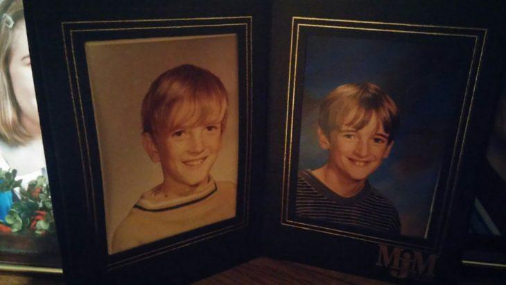 Padre e hijo, misma edad y misma pose