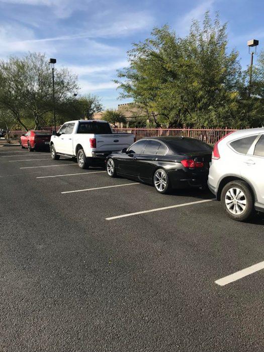 estacionados en dos lugares
